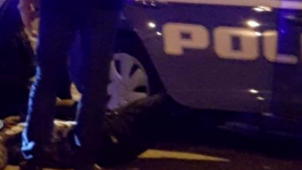 Paura e follia, lancia oggetti contro le auto e aggredisce poliziotti con un bastone: immobilizzato con lo spray al peperoncino - FoggiaToday